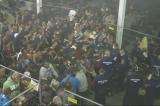 U izbegličkom kampu u Mađarskoj policija hrani izbeglice kao životinje (VIDEO)