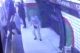 Gurnuo muslimanku na voz u pokretu u londonskom metrou (VIDEO)