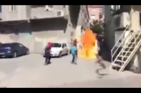 Militanti spalili policijsko vozilo kao odmazdu za ranjavanje novinara (VIDEO)