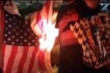Afroamerikanci zapalili američku zastavu ispred policijske stanice (VIDEO)