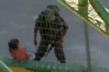 Policajac oduzeo detetu bicikl i bacio ga u grmlje! (VIDEO)