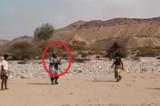 Jemenski sudija sa mitraljezom umesto pištaljke! (VIDEO)