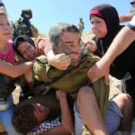 Video snimak jučerašnje slike dana: izraelski vojnik davi palestinskog dečaka