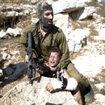 Izraelski vojnik davi palestinskog dečaka, ali priča ima srećan kraj