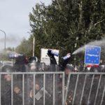 """Policija suzavcem i pendrecima, izbeglice skandiraju """"Srbija, Srbija""""!"""