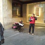 Klasični muzičari sviraju u Knez Mihajlovoj dok im beba spava u koferu od klavijature