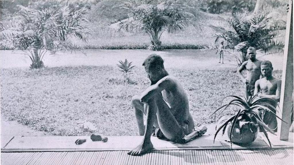 Otac posmatra odsečene ruke svoje ćerke koju su kaznili belgijski kolonijalisti.