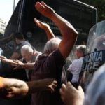 Fizički obračun penzionera i policije! (VIDEO)