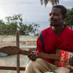 Slepi beskućnik i njegova gitara od kante za ulje! (VIDEO)