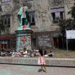 Pogled u unakaženu statuu kanadskog kolonizatora